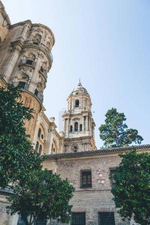 Photo pour Faible angle de vue de la cathédrale de malaga, malaga, Espagne - image libre de droit