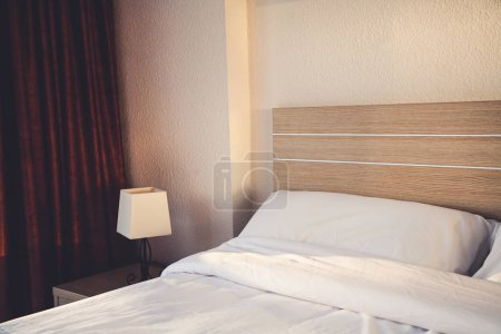 Photo pour Chambre d'hôtel intérieur avec lit et lampe - image libre de droit