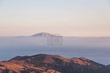 Photo pour Vue panoramique sur de beaux paysages de montagnes avec mer et brouillard, espagne - image libre de droit
