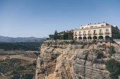 """Постер, картина, фотообои """"живописный вид здания на рок против горы пейзаж, Ронда, Испания"""""""