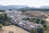 """Постер, картина, фотообои """"живописный вид испанского пейзаж с холмами и зданий"""""""