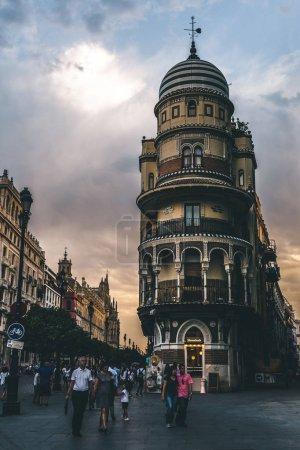 Photo pour Belle vue de la rue de ville avec des personnes à l'heure du soir, séville, espagne - image libre de droit