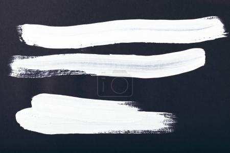 Foto de Pintura abstracta con pinceladas blancas sobre negro - Imagen libre de derechos
