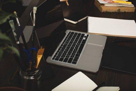Photo pour Vue rapprochée de l'ordinateur portable avec écran vierge et tablette graphique sur le lieu de travail du concepteur - image libre de droit