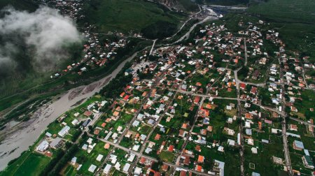 Photo pour Vue aérienne de la ville dans les montagnes, Géorgie - image libre de droit