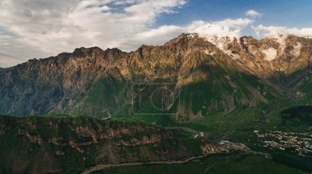 Photo pour Vue aérienne des montagnes verdoyantes avec un ciel nuageux, Géorgie - image libre de droit