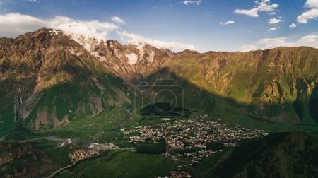 Photo pour Vue aérienne de la ville dans les montagnes avec un ciel nuageux, Géorgie - image libre de droit