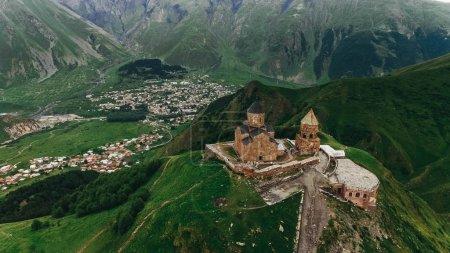 Foto de Vista aérea del viejo castillo en las montañas verdes, Georgia - Imagen libre de derechos