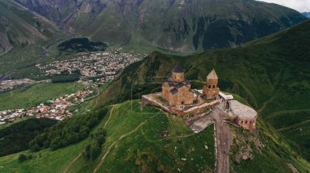 Photo pour Vue aérienne du vieux château dans les montagnes vertes de trouble, Géorgie - image libre de droit