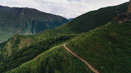 Photo pour Vue aérienne de vertes montagnes pittoresques, Géorgie - image libre de droit