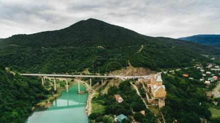 Foto de Vista aérea de la ciudad con puente sobre el río de montaña, Georgia - Imagen libre de derechos