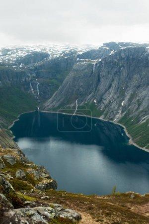 Photo pour Vue magnifique paysage de montagnes et étang en Norvège - image libre de droit