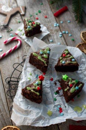 Photo pour Idées de nourriture de Noël, délicieux brownies au chocolat en forme de sapin de Noël sur fond de bois rustique. Concept de décoration de maison confortable , - image libre de droit