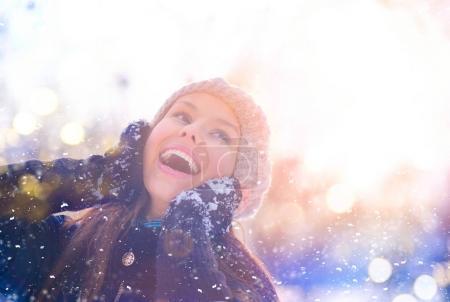 Photo pour Souriant jeune fille portrait sous la neige - image libre de droit