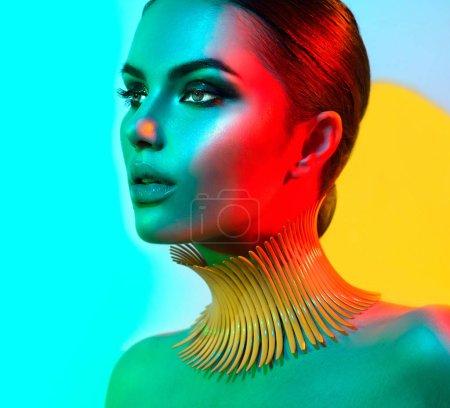 Photo pour Modèle de mode dans des lumières vives colorées avec maquillage tendance - image libre de droit