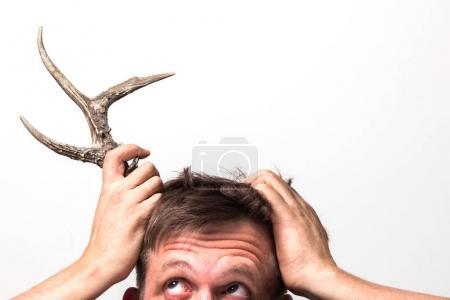 Photo pour L'homme avec surprise s'accroche à la corne sur la tête . - image libre de droit