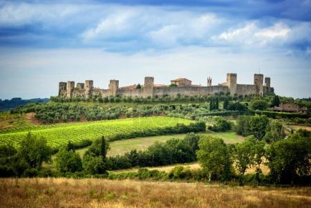 MONTERIGGIONI, SIENA - Vista del pequeño pueblo medieval con muros de piedra de Monteriggioni en la provincia de Siena, Toscana Italia