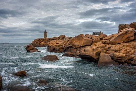 Photo pour Phare de Ploumanac'h Mean Ruz entre les rochers sur la côte de granit rose, Perros Guirec, Bretagne, France . - image libre de droit