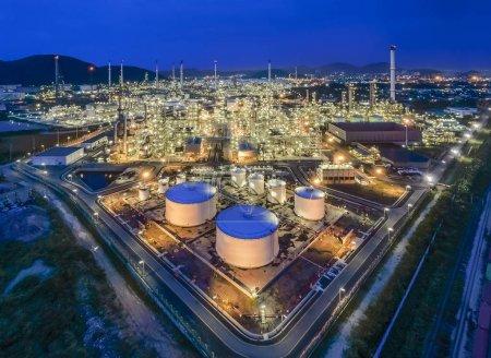 Photo pour Vue aérienne du dessus Raffinerie de pétrole la nuit  . - image libre de droit