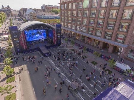 Photo pour Eurovision Village sur la rue Khreshchatyk dans la ville de Kievpreparing pour le concours Eurovision de la chanson 05/04/2017. Une scène dans le village de l'Eurovision sur la rue Khreshchatyk à Kiev - image libre de droit