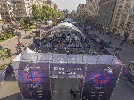 Photo pour L'entrée centrale du village Eurovision sur la rue Khreshchatyk à Kiev. Eurovision Village sur Khreshchatyk Street dans la ville de KievPréparation du Concours Eurovision de la chanson 04 / 05 / 2017 . - image libre de droit