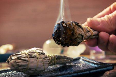 Photo pour Main d'homme avec brûlure d'encens naturel de sauge blanche - image libre de droit