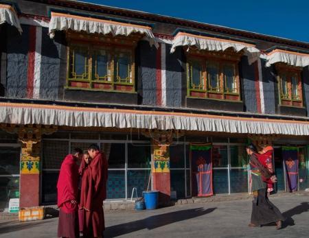 Photo pour Paysage de Lhassa au Tibet, Chine.Vue sur la rue et les bâtiments à Lhassa . - image libre de droit