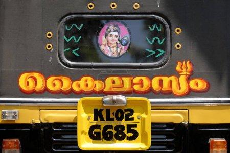 Photo pour Dos d'un pousse-pousse automatique avec lettrage en malayalam et une représentation de Shiva - image libre de droit