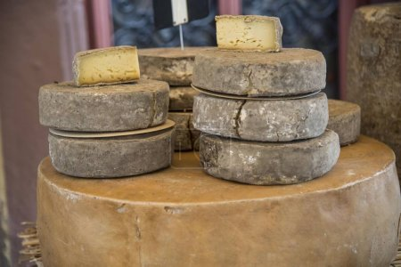 Photo pour Fromages à vendre sur un marché, Ribeauville, Dpartement Bas-Rhin, Alsace, France, Europe - image libre de droit