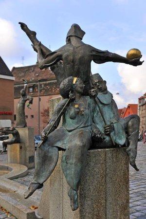 Photo pour Statues sur le Gauklerbrunnen bien par l'artiste Harro Frey, place Gruener Markt, quartier historique, Frth, Moyenne Franconie, Bavière, Allemagne, Europe - image libre de droit