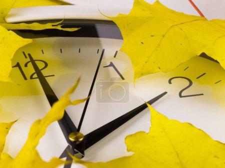 Repli, heure d'hiver. Horloge visage avec des feuilles d'érable