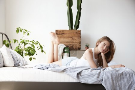 Side view of woman lies in bed