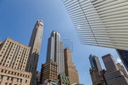 Photo pour New York, New York, Usa - 26 août 2017: Rue perspective bâtiments dans le centre de New York city. Façade de gratte-ciels, une chaude journée d'été dans le Lower Manhattan. - image libre de droit