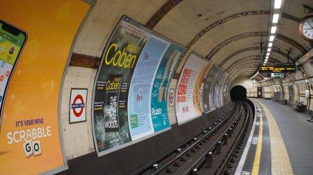 Foto de Londres, Reino Unido, marzo, 20, 2020: túnel oscuro y plataforma cerca de las vías férreas en la estación de metro vacía en el cierre de coronavirus. - Imagen libre de derechos