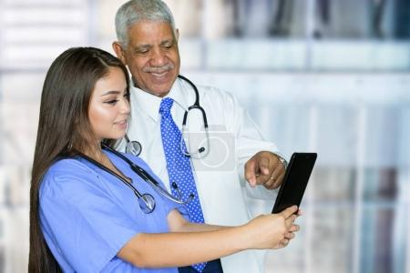 Photo pour Infirmière qui travaille son quart dans un hôpital - image libre de droit