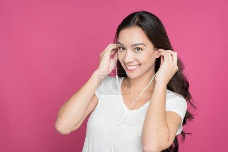 Photo pour Jeune femme écoutant de la musique sur son casque - image libre de droit
