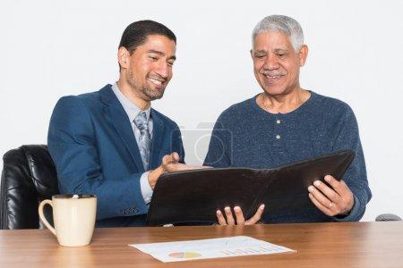 Photo pour Homme travaillant avec un client sur la planification financière - image libre de droit