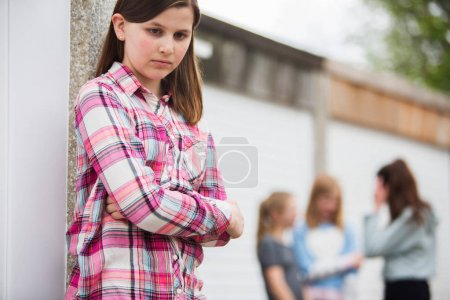 Photo pour Fille triste Pre Teen, sentiment d'être exclu par des amis - image libre de droit
