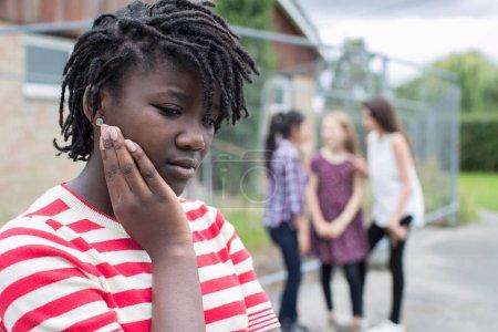 Photo pour Adolescente triste, sentiment d'être exclu par des amis - image libre de droit