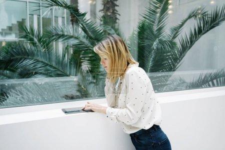 Photo pour Portrait de jeune belle femme d'affaires blonde avec tablette numérique à l'intérieur du bureau moderne - image libre de droit