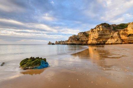 Photo pour Coucher de soleil incroyable sur la plage de Marinha dans l'Algarve, Portugal. Paysage aux couleurs vives de l'une des principales destinations de vacances en Europe. Attraction touristique estivale . - image libre de droit