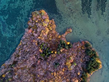 Isländische Luftaufnahmen mit Drohne. Schöne Landschaft im Myvatn-See in einem Gebiet mit aktivem Vulkanismus im Norden Islands, in der Nähe des Vulkans Krafla.