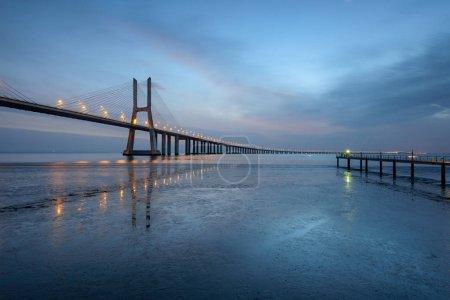 Photo pour Pont Vasco da Gama paysage au lever du soleil. Un des ponts les plus longs au monde. Lisbonne est une destination touristique étonnante parce que sa lumière, ses monuments. Portugal monument . - image libre de droit