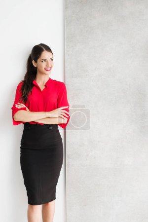 Photo pour Belle jeune femme d'affaires debout sur un mur - image libre de droit
