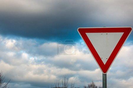 Photo pour Panneau de signalisation, ce qui signifie que vous devez céder le passage - image libre de droit