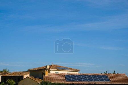 Photo pour Panneaux solaires sur toits en tuiles. Journée d'automne ensoleillée en Provence. Table des matières. - image libre de droit