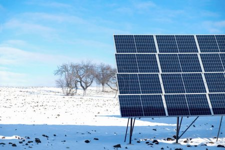 Photo pour Fragments de panneaux solaires le matin ensoleillé d'hiver sur un champ de neige en Ukraine. - image libre de droit
