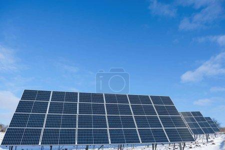 Photo pour Panneaux solaires le matin ensoleillé d'hiver sur un champ enneigé en Ukraine. Table des matières. - image libre de droit