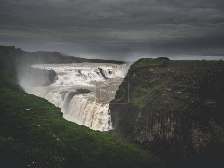Photo pour Grande cascade majestueuse de Gullfoss entre les rochers, Islande - image libre de droit