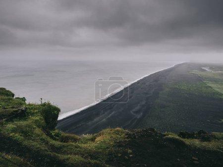Photo pour Vue panoramique sur la plage de sable noir depuis la falaise, Vik, Islande - image libre de droit